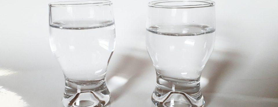 dva kozarcka vode.